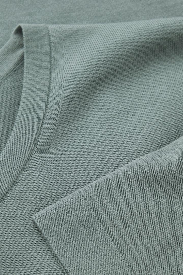 COS 슬림 핏 니티드 티셔츠의 터쿼이즈컬러 Detail입니다.