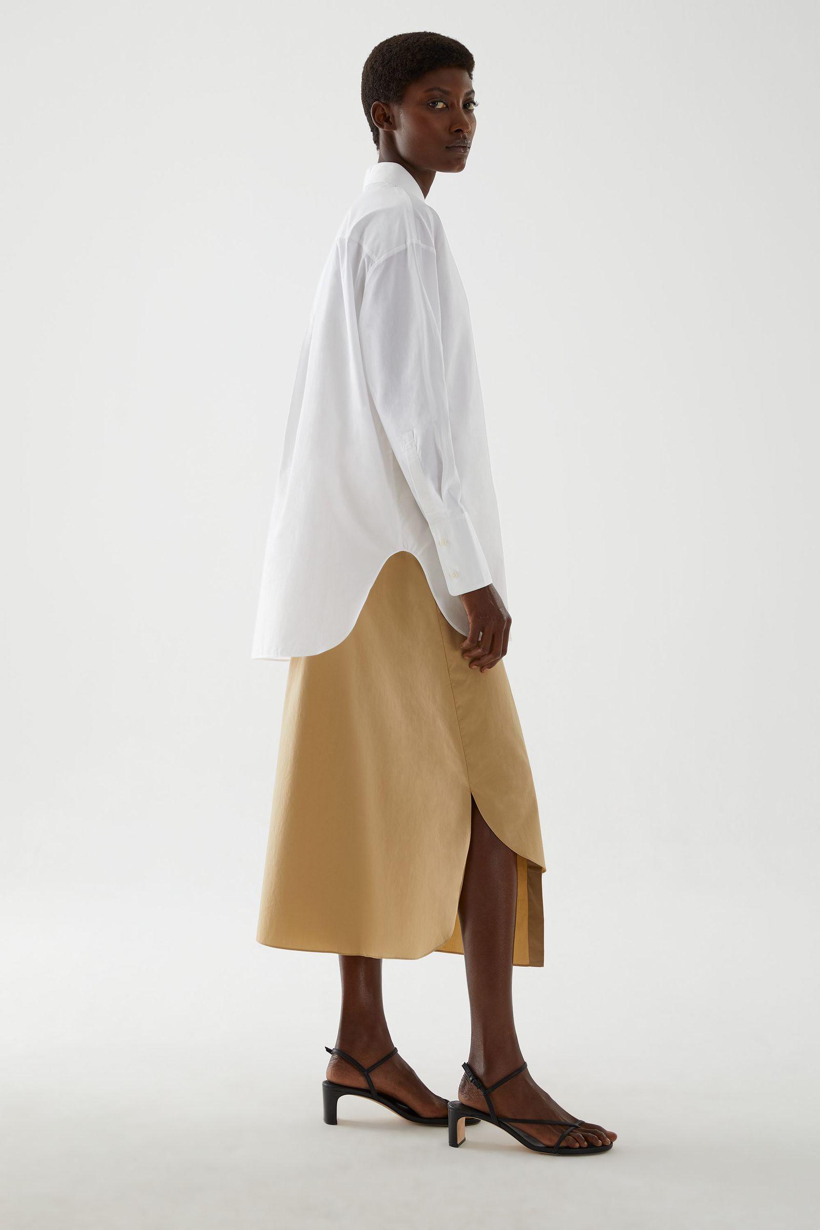 COS 디태처블 칼라 코튼 셔츠의 화이트컬러 ECOMLook입니다.