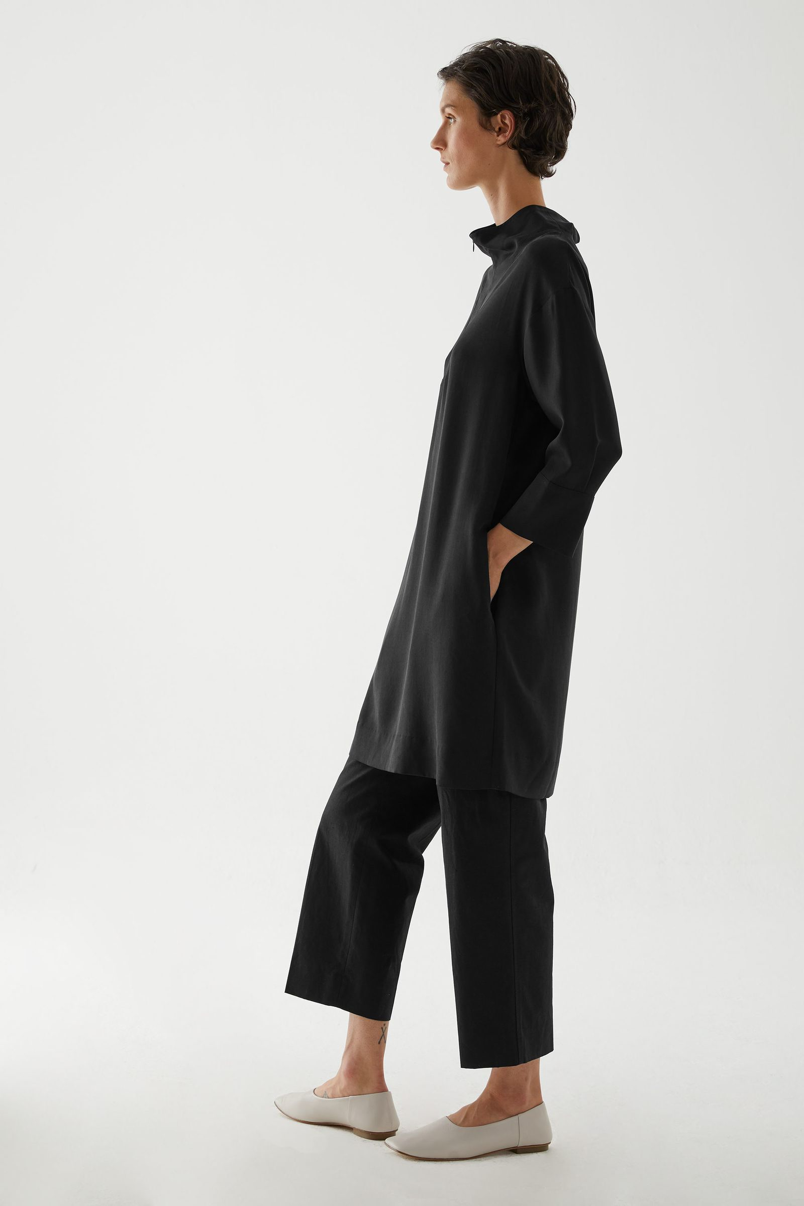 COS 라이오셀 유틸리티 드레스의 블랙컬러 ECOMLook입니다.