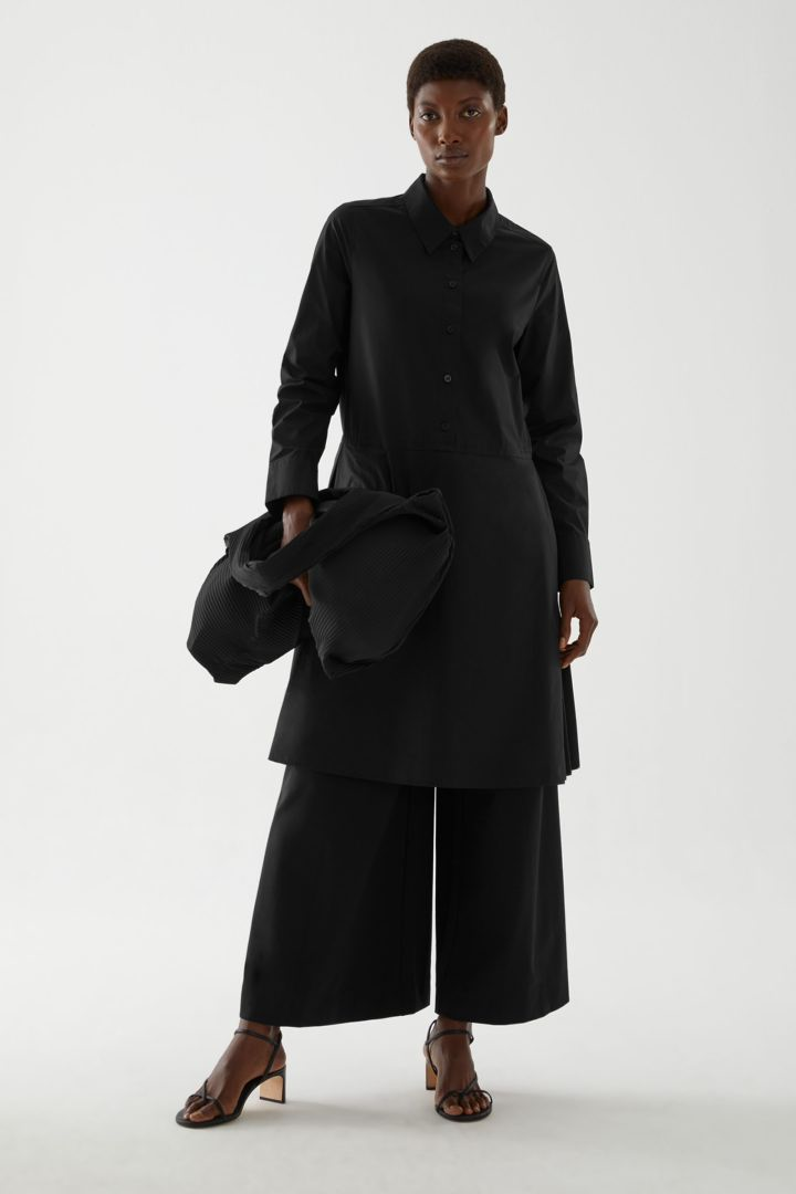 COS 플리티드 코튼 셔츠 드레스의 블랙컬러 ECOMLook입니다.