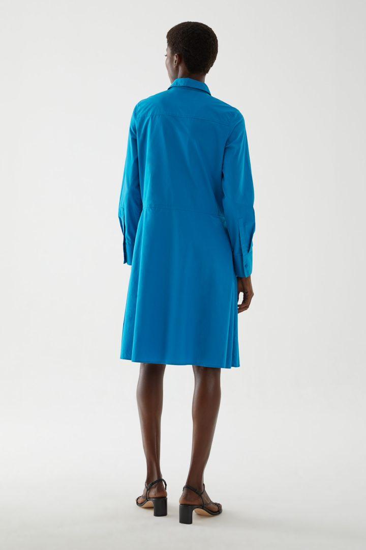 COS 플리츠 코튼 셔츠 드레스의 블루컬러 ECOMLook입니다.
