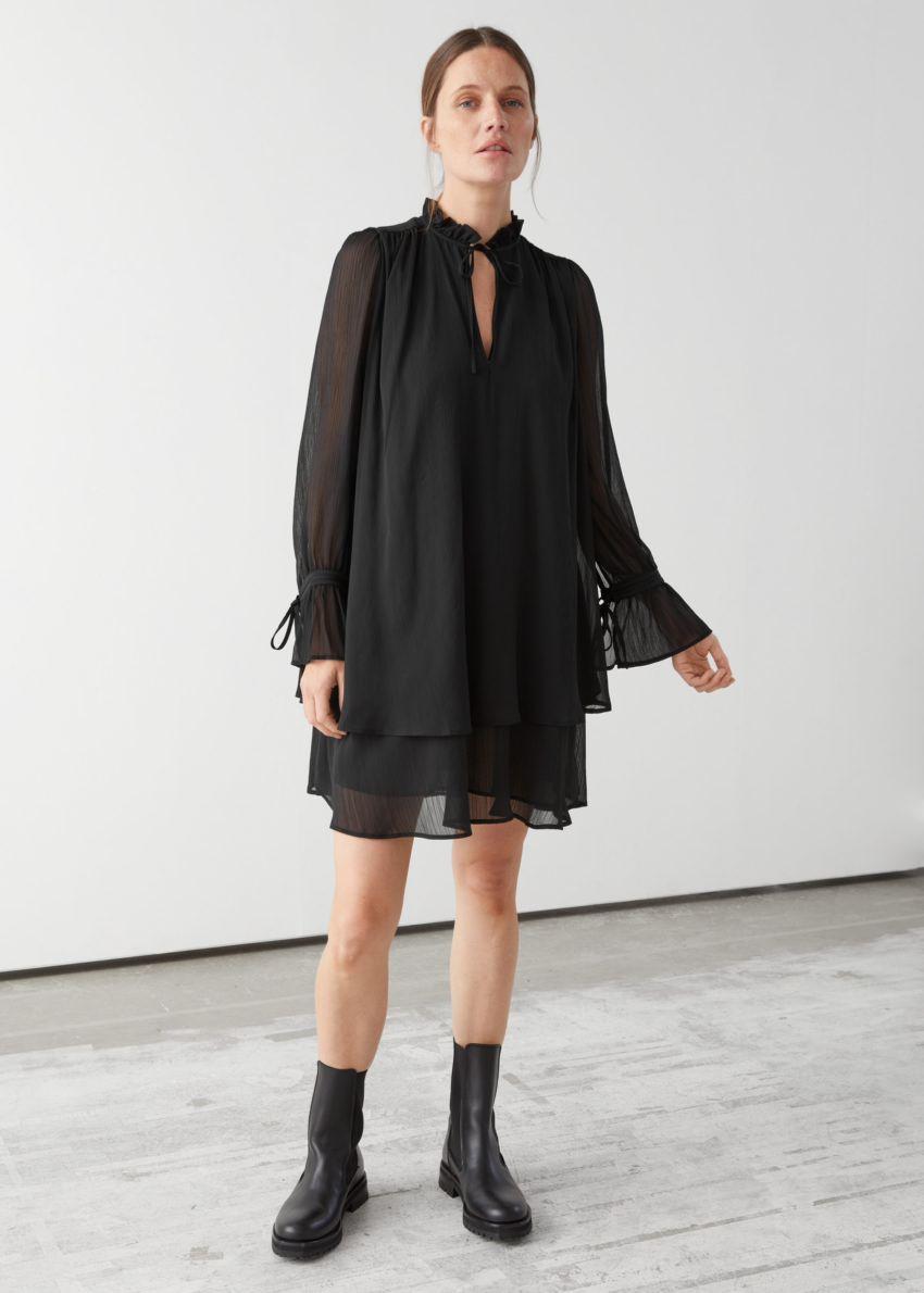 앤아더스토리즈 볼류미너스 레이어드 미니 드레스의 블랙컬러 ECOMLook입니다.