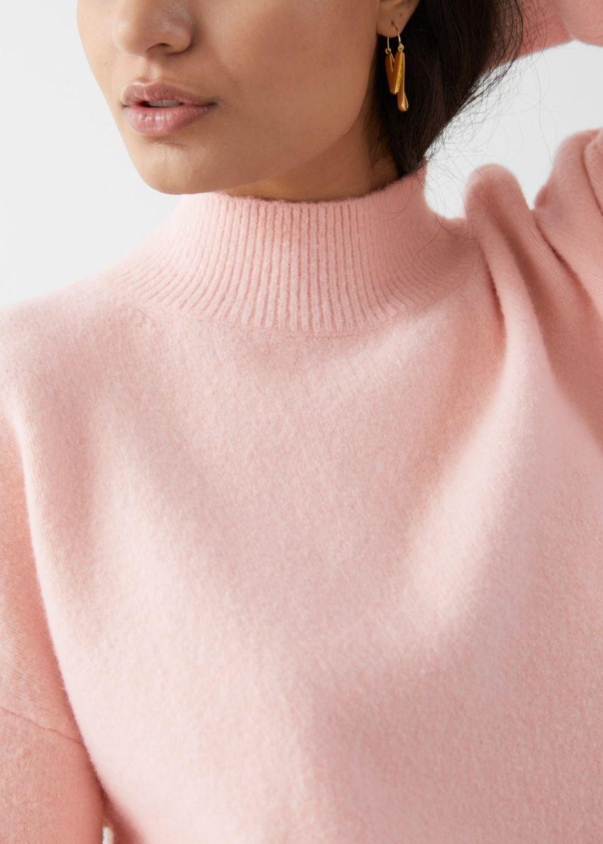 앤아더스토리즈 모크 넥 스웨터의 라이트 핑크컬러 ECOMLook입니다.
