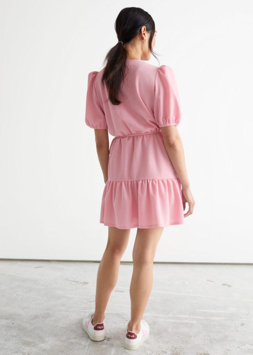 앤아더스토리즈 퍼프 슬리브 미니 랩 드레스의 핑크컬러 ECOMLook입니다.