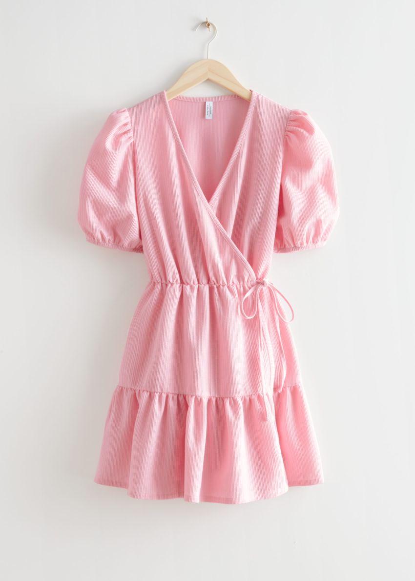 앤아더스토리즈 퍼프 슬리브 미니 랩 드레스의 핑크컬러 Product입니다.