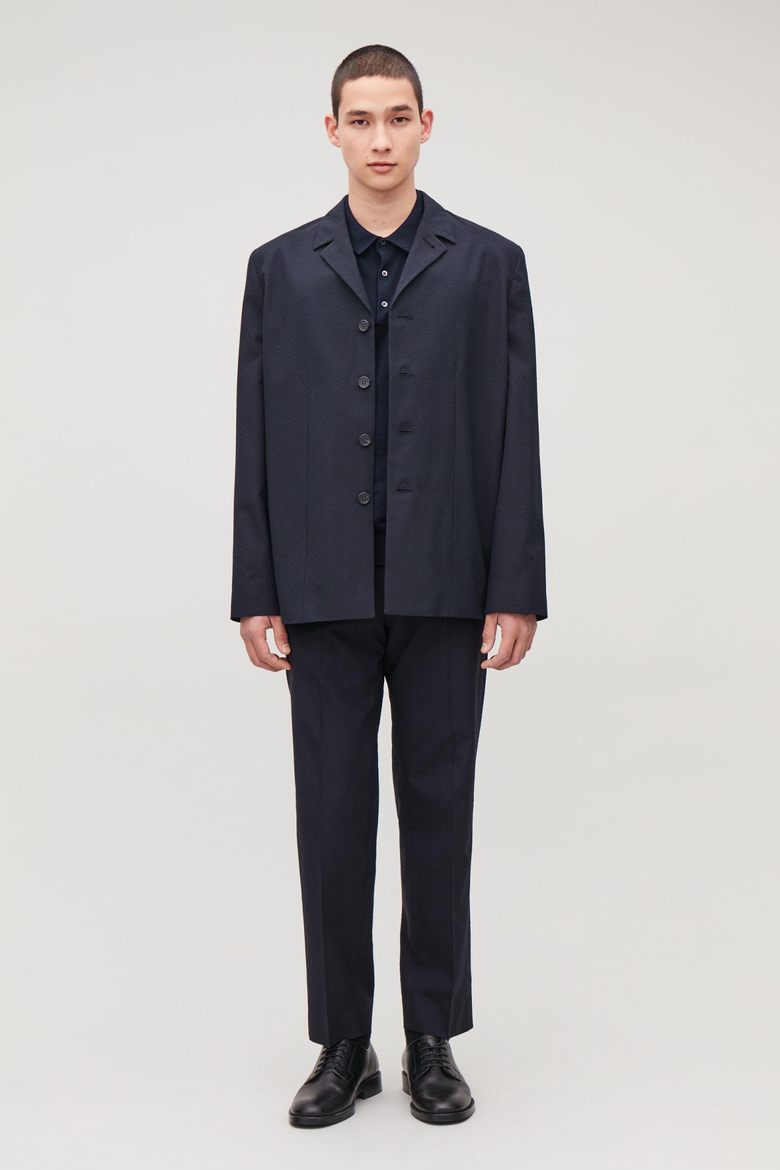 COS 실크 코튼 폴로 셔츠의 네이비컬러 모델컷입니다.