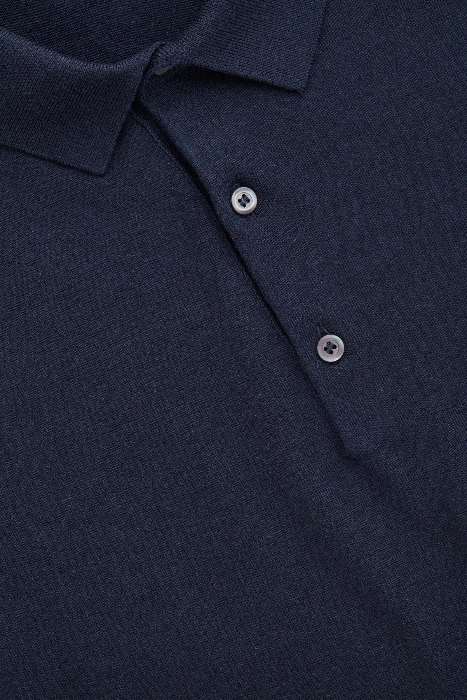 COS 실크 코튼 폴로 셔츠의 네이비컬러 상품컷입니다.