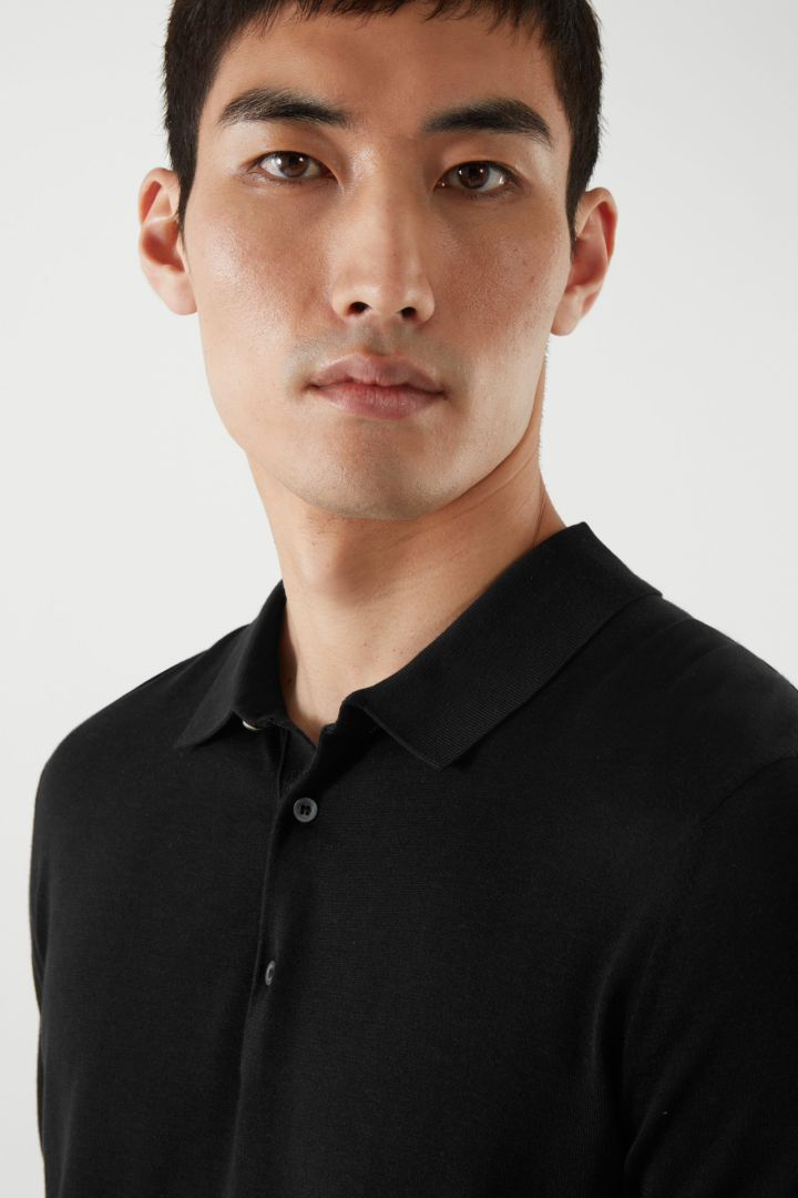 COS 실크 코튼 폴로 셔츠의 블랙컬러 ECOMLook입니다.
