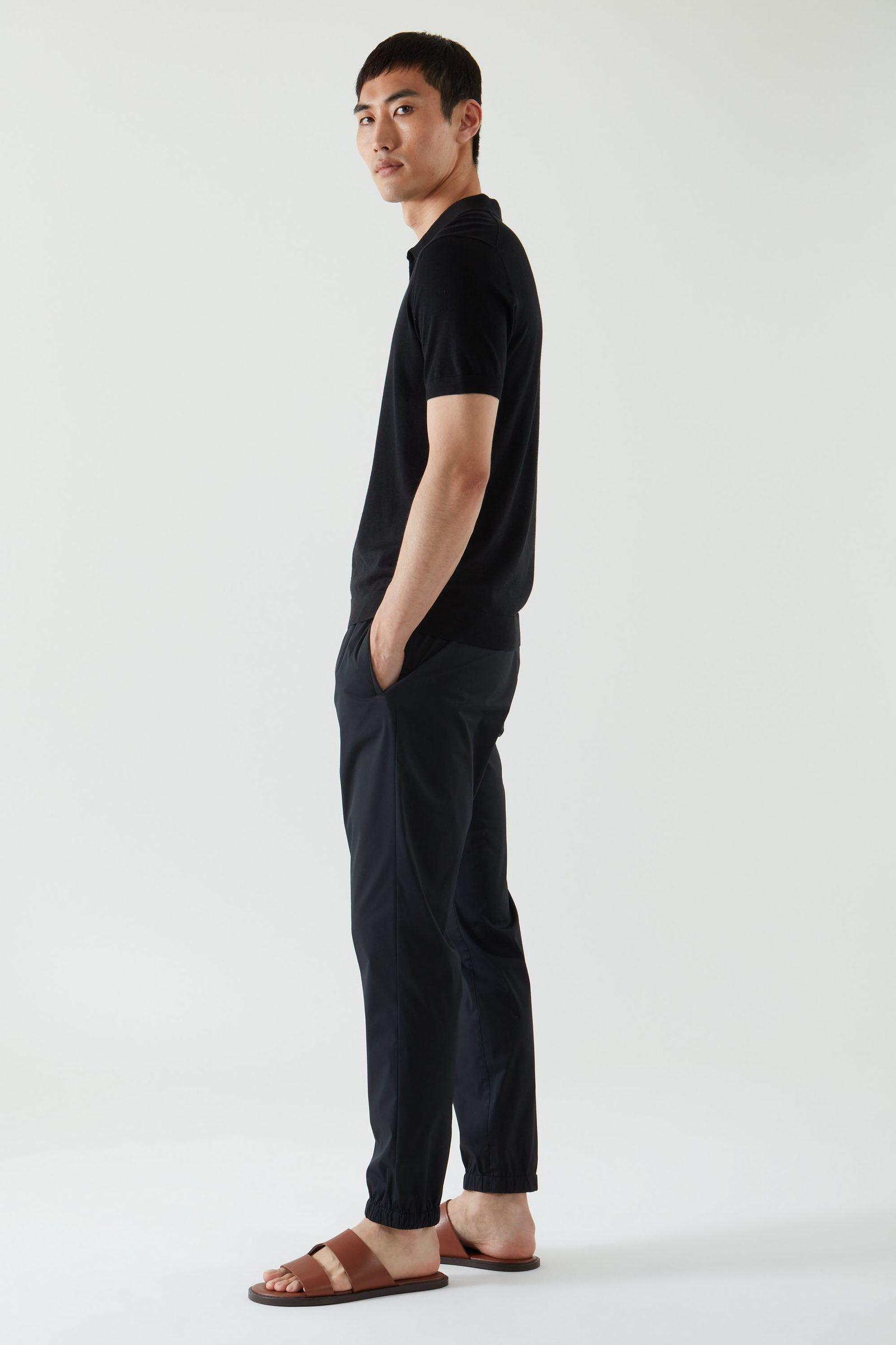 COS 실크 코튼 폴로 셔츠의 블랙컬러 모델컷입니다.