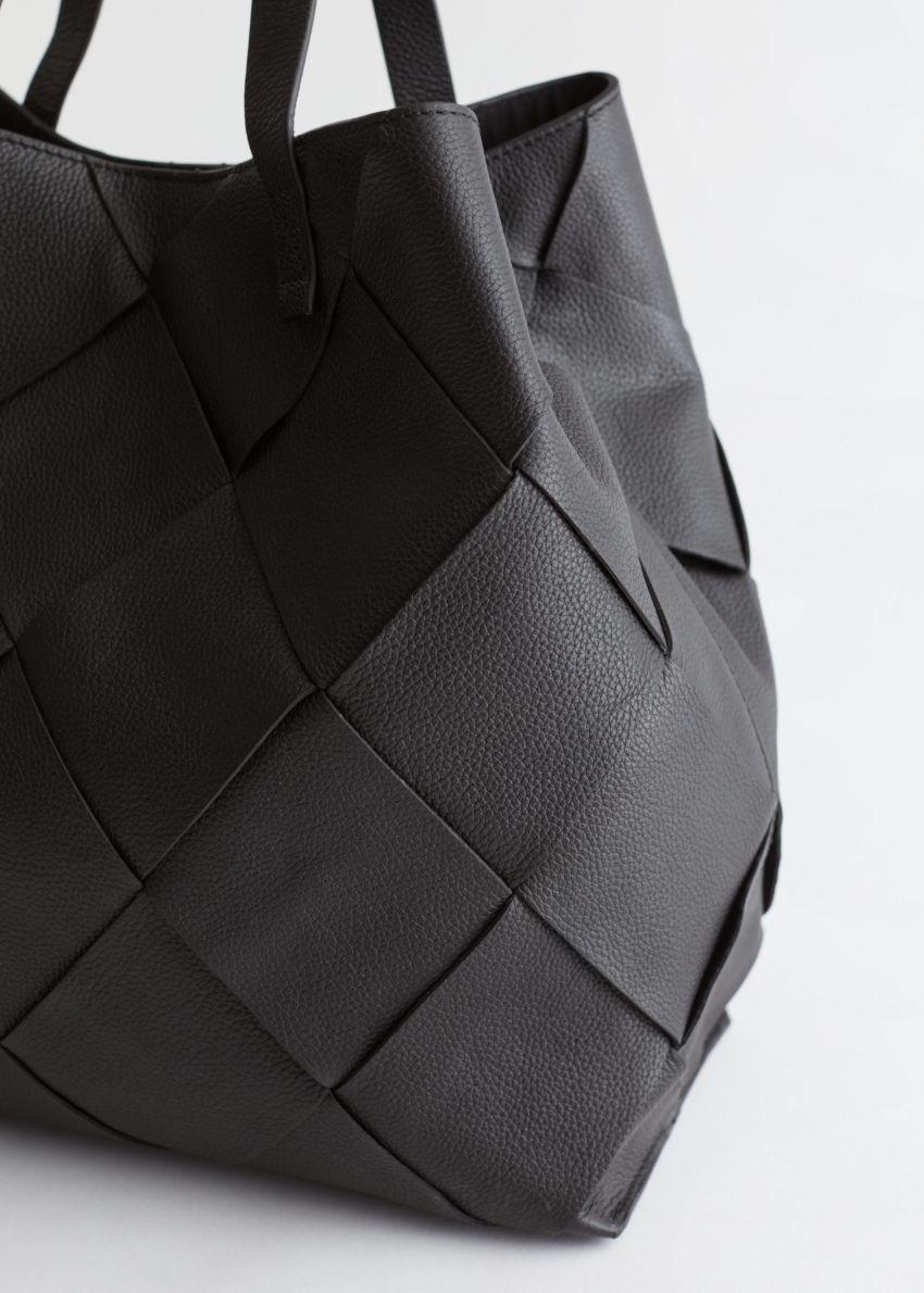 앤아더스토리즈 브레이드 레더 토트 백의 블랙컬러 Detail입니다.