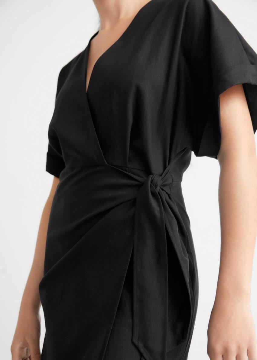 앤아더스토리즈 브이-컷 미디 랩 드레스의 블랙컬러 ECOMLook입니다.