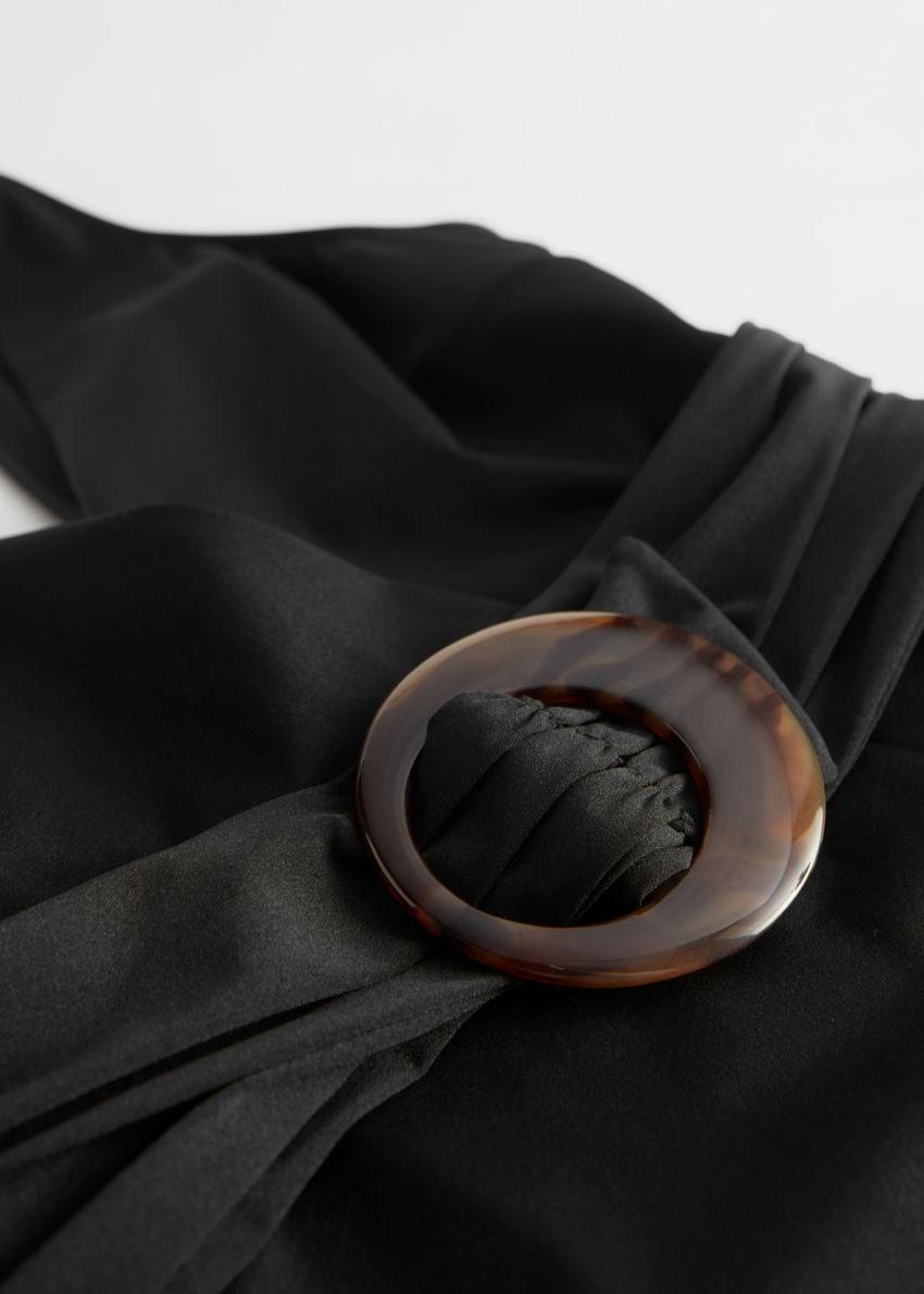 앤아더스토리즈 터토이즈 O 링 벨티드 스윔수트의 블랙컬러 Detail입니다.