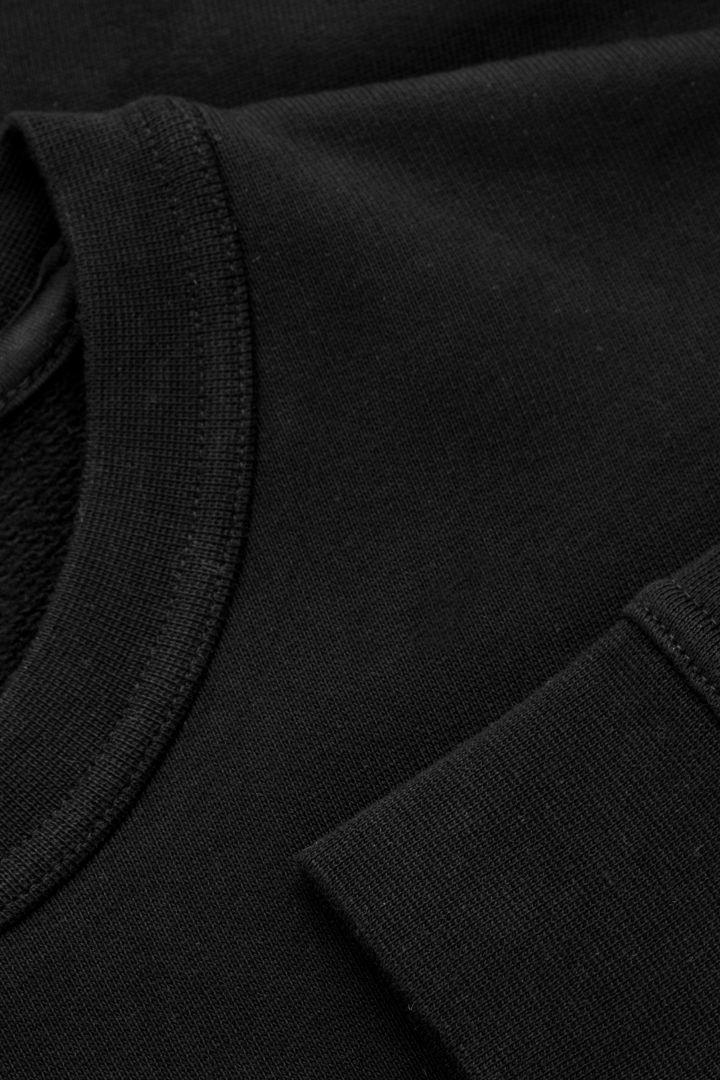COS 슬림핏 스웻셔츠의 블랙컬러 Detail입니다.