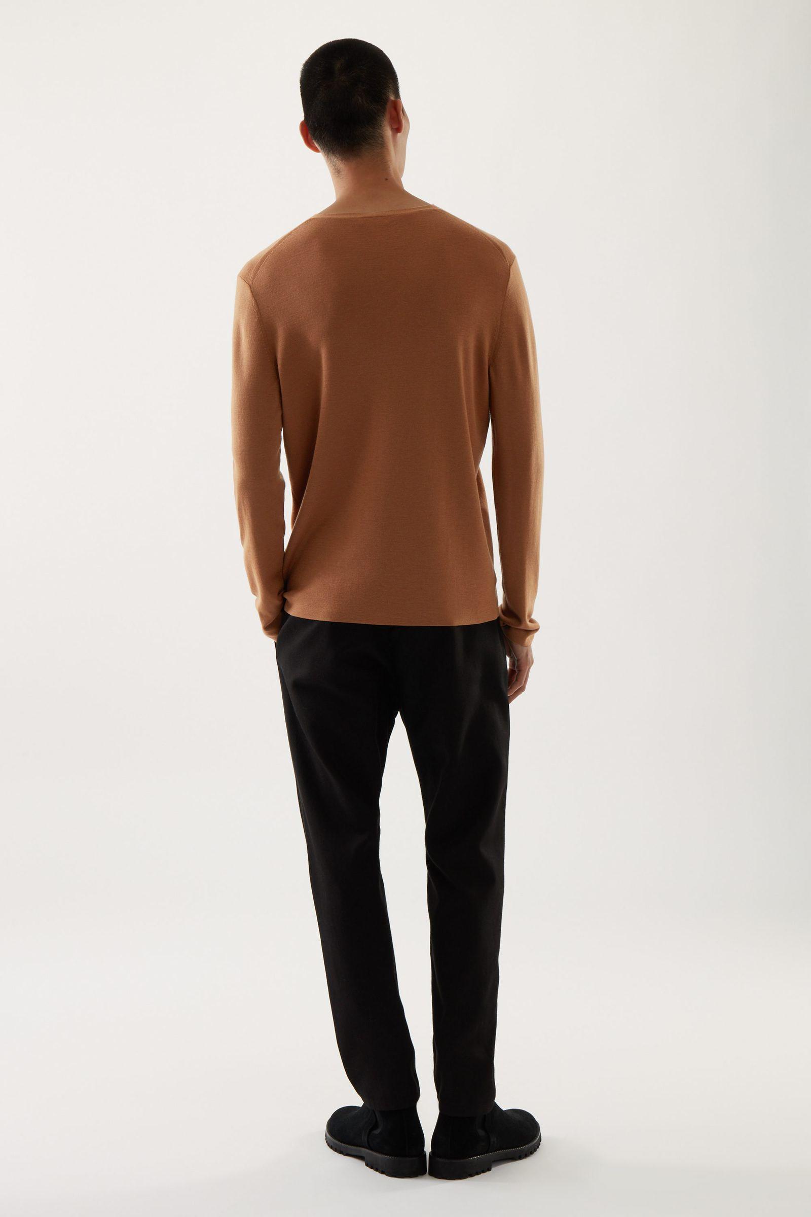 COS V넥 스웨터의 베이지컬러 ECOMLook입니다.