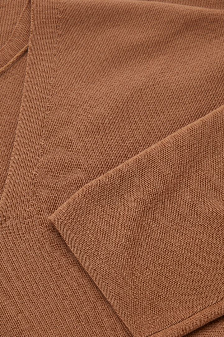 COS V넥 스웨터의 베이지컬러 Detail입니다.