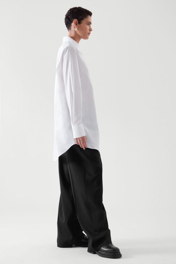 COS 코튼 오버사이즈 롱 슬리브 셔츠의 화이트컬러 ECOMLook입니다.