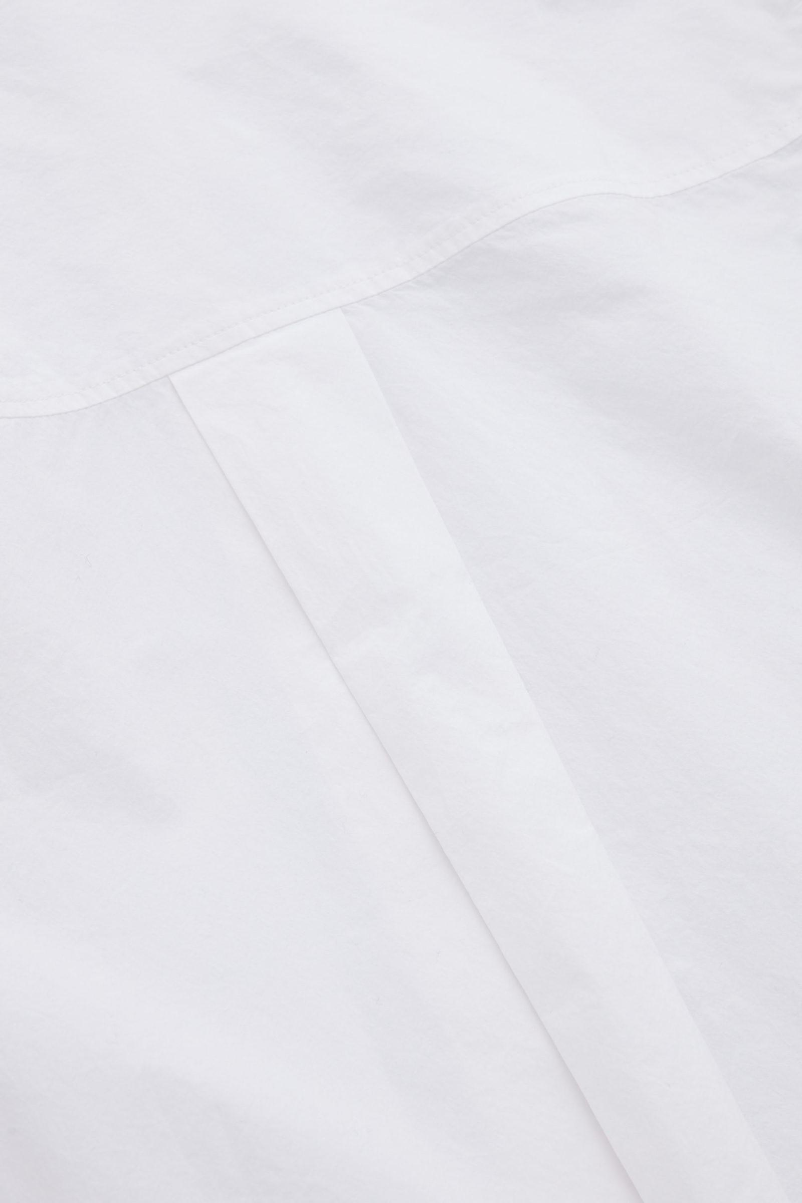 COS 코튼 오버사이즈 롱 슬리브 셔츠의 화이트컬러 Detail입니다.