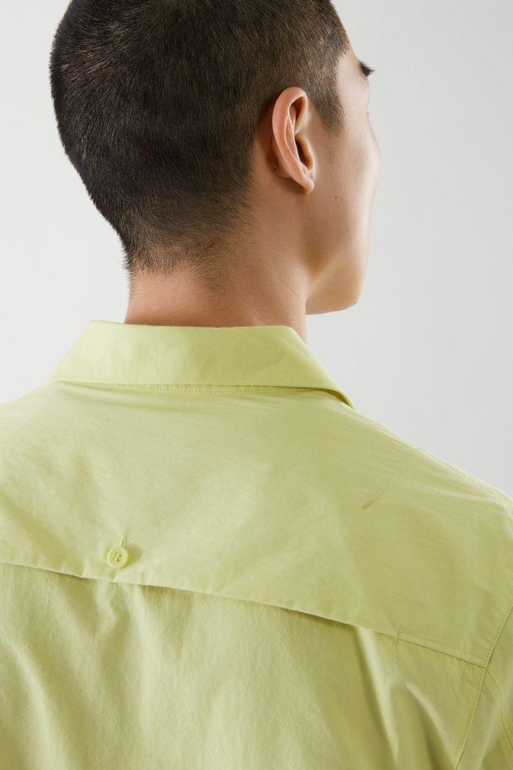 COS 패치 포켓 쇼트 슬리브 셔츠의 네온 그린컬러 ECOMLook입니다.