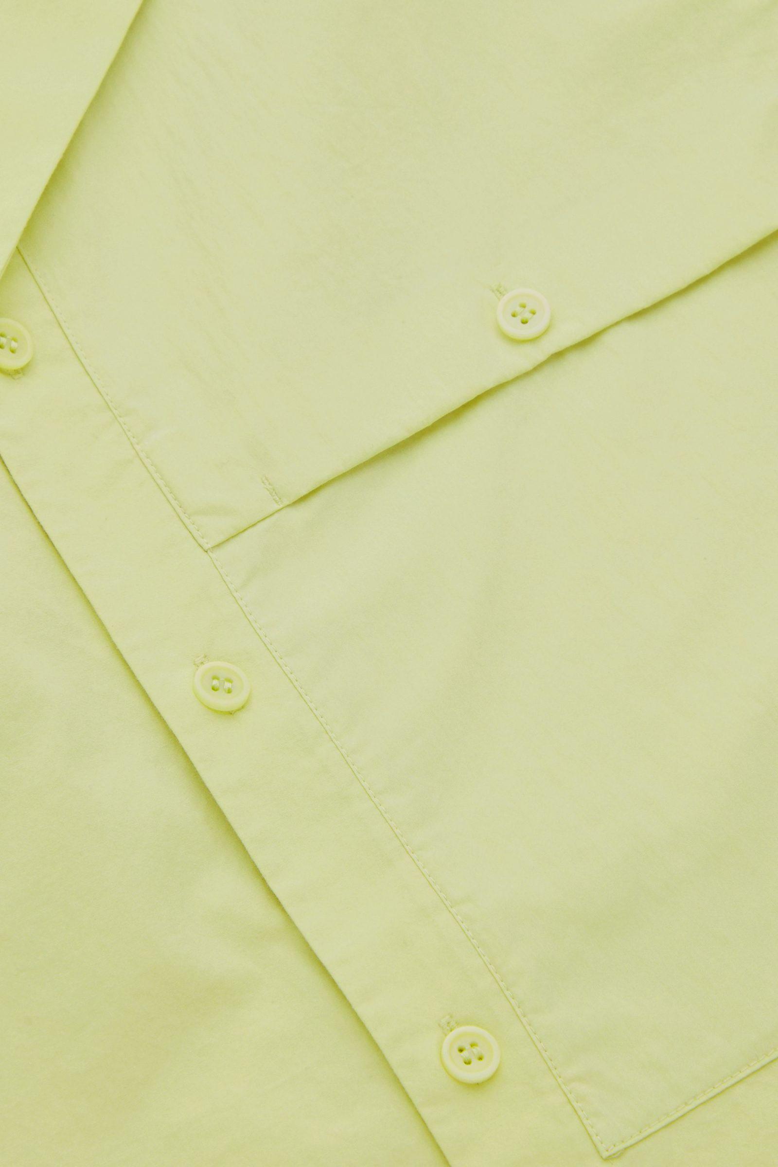 COS 패치 포켓 쇼트 슬리브 셔츠의 네온 그린컬러 Detail입니다.