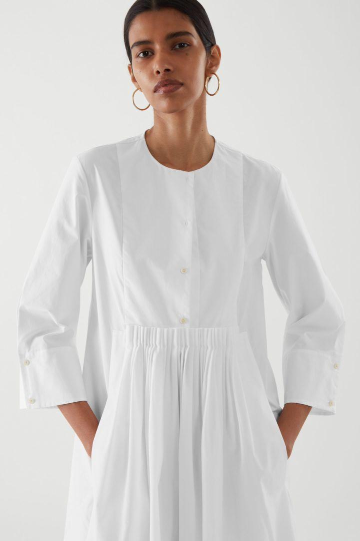 COS default image 4 of 화이트 in 칼라리스 플리티드 셔츠 드레스