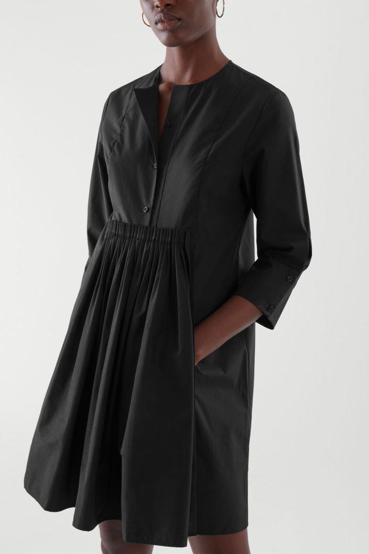 COS default image 3 of 블랙 in 칼라리스 플리티드 셔츠 드레스