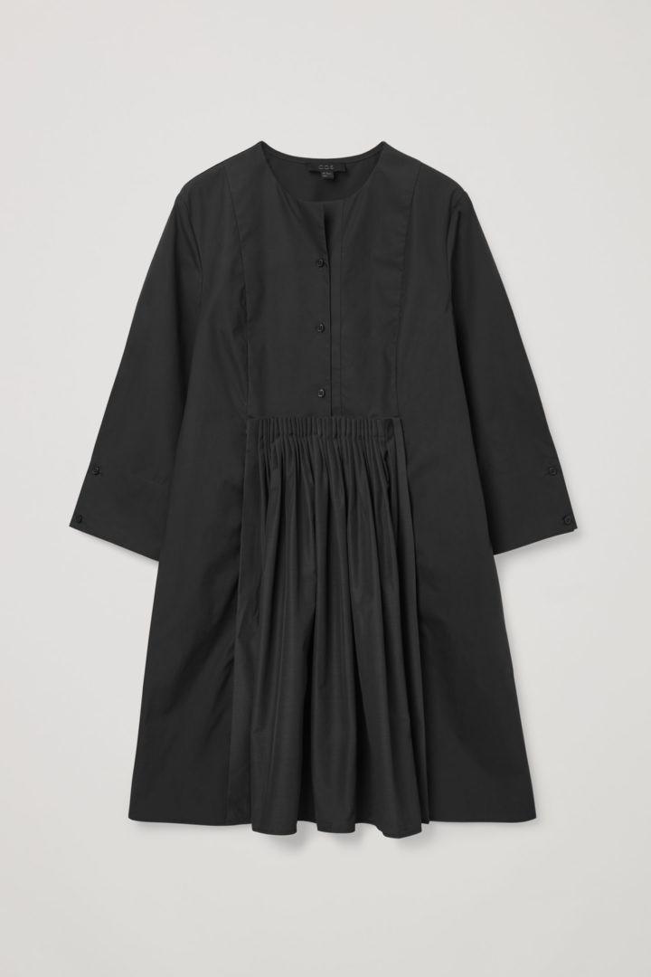 COS hover image 3 of 블랙 in 칼라리스 플리티드 셔츠 드레스